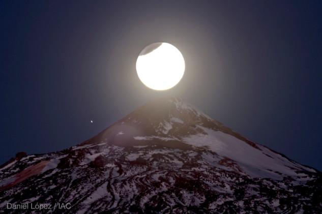 Luna-parcialmente-eclipsada-sobre-pico-Teide-2-1024x682